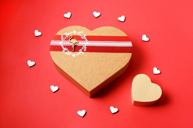 赤の背景にハート形のギフトボックス。上面図。幸せなバレンタインデー。