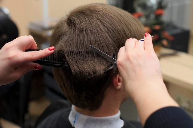 美容師から散髪を持っている人。マンの頭を剃るのクローズアップ写真