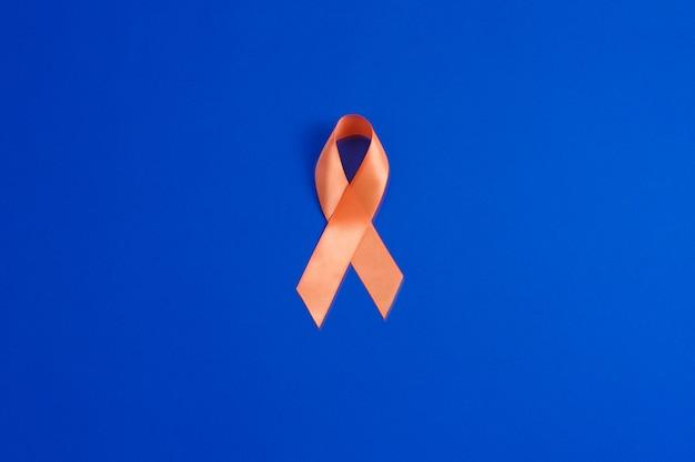 オレンジ色のリボン。白血病の認識。医療と医学の概念。