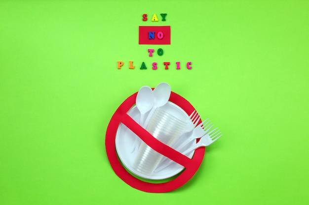Не использовать символ в красном запрещенном знаке с пластиковой посудой. экологическая концепция.