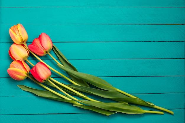 春のチューリップの花の花束。
