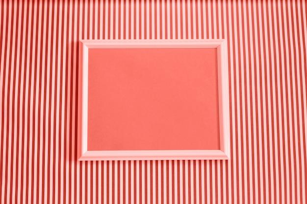 Пустая рамка макет на коралловых и белый полосатый фон.