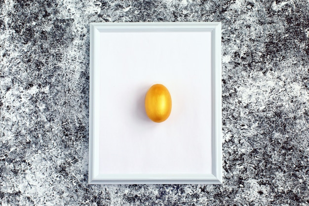 白いフレームに金の卵