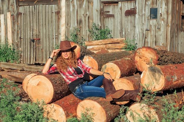 伐採された丸太に座っている少女