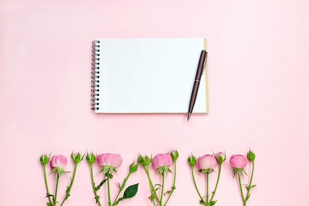 Блокнот и розовые цветы