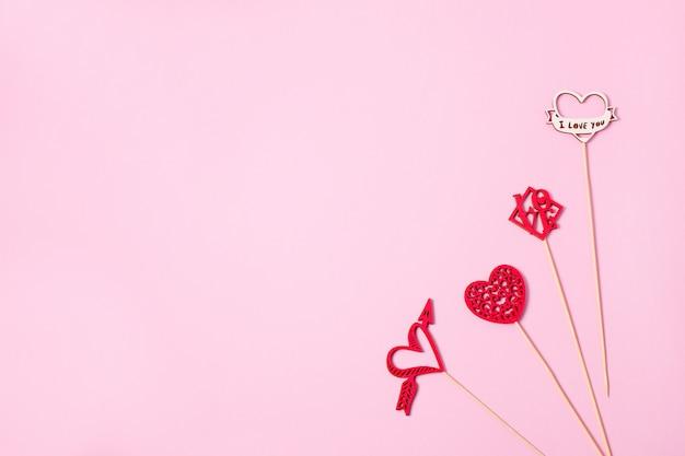 バレンタインデーの贈り物としてライン上のカラフルな木製の心。心は秋の愛です。バックグラウンド