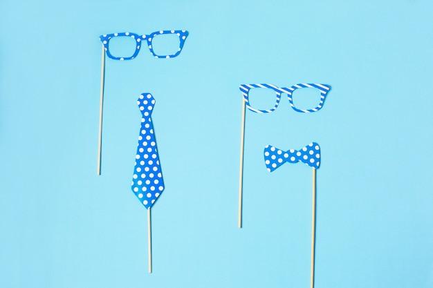 パーティーの小道具。カーニバルアクセサリーセット。紙のネクタイと木の棒で面白いメガネ