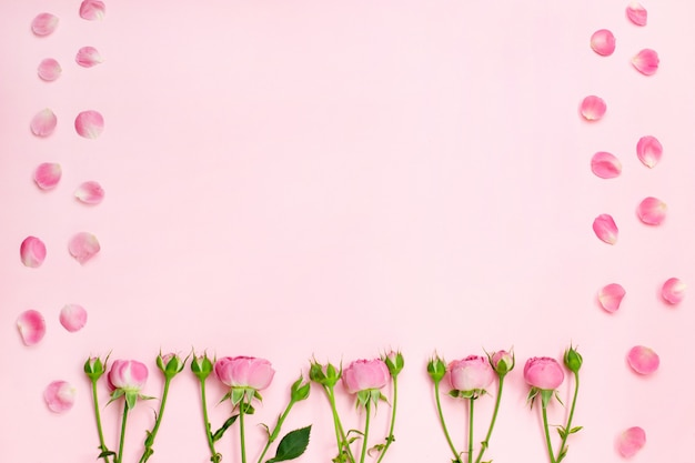 花の組成。ピンクのバラの花と花びら