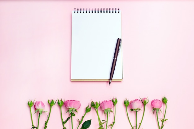 Цветок розы на пустой тетради