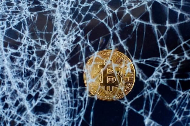 ビットコインと割れたガラス。ビットコインの崩壊。クラッシュ崩壊