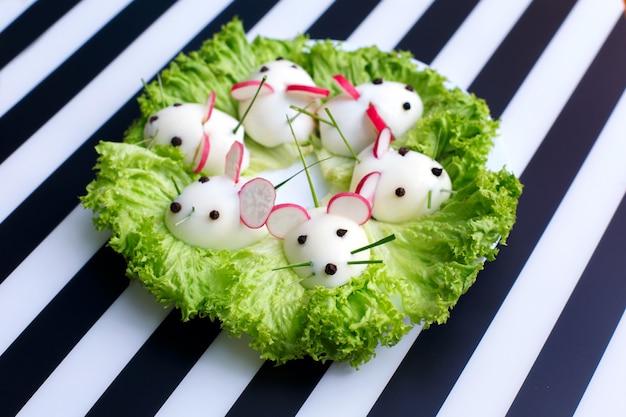 子供のための楽しい食べ物-プレート上のハードゆで卵マウススナック