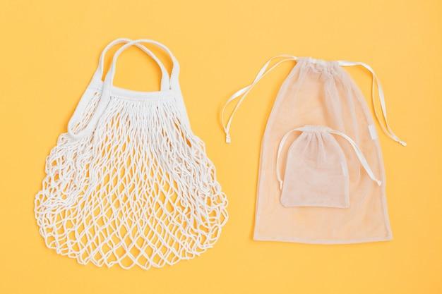 Два вида многоразовых сумок на цветном фоне.