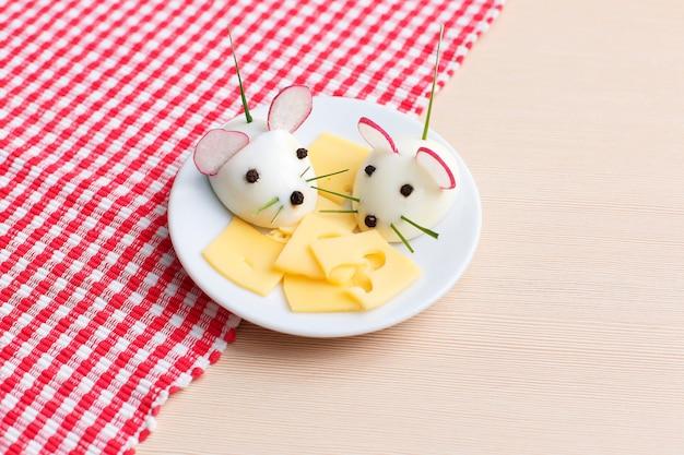 Веселая еда для детей - закуска из мышей вкрутую на тарелке