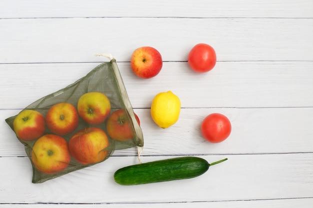 再利用可能な環境に優しいメッシュバッグに野菜と果物