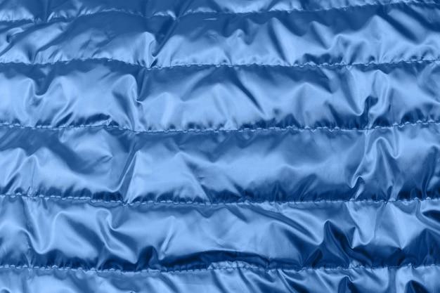 ホログラフィックブルー色のしわの織物。サイケデリックまたはホログラフィックの背景