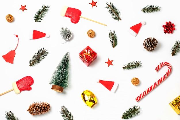 ギフト、クリスマスの飾り、ヒノキの枝、白の松ぼっくり