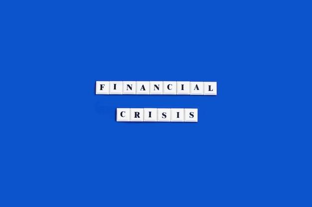 Фраза финансовый кризис из пластиковых печатных букв