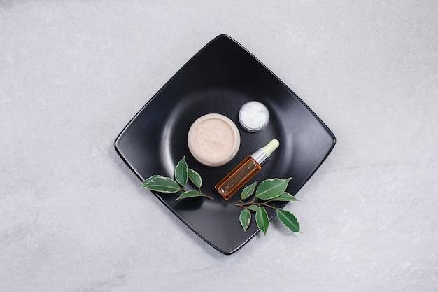スキンケア美容製品。ヒアルロン酸、バイアル中の顔の血清