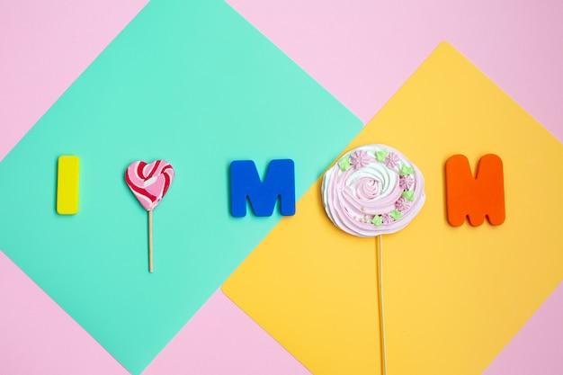 色の壁に幸せな母の日のメッセージ。