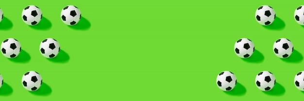 緑の壁にサッカーボール。