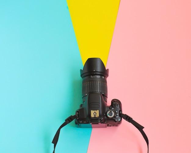 ファッションフィルムカメラ。暑い夏のバイブ。ポップアート。カメラ。流行に敏感な流行の付属品。