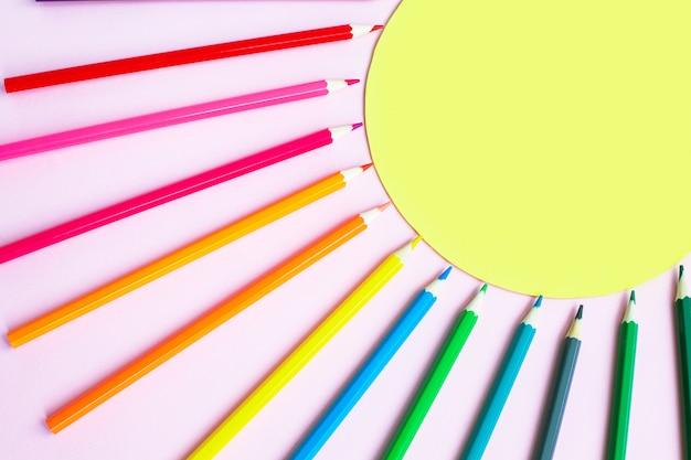 Набор разноцветных карандашей в форме солнца