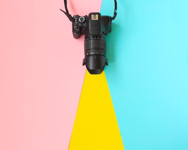 ファッションフィルムカメラ。暑い夏のバイブ。ポップアート。カメラ。