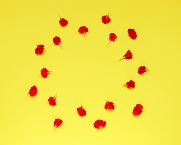Падающие лепестки гвоздики на желтом