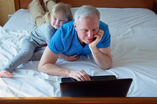 父は自宅で小さな娘と一緒に働いています。