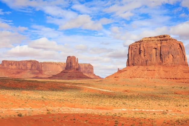 アメリカ合衆国アリゾナ州の有名なモニュメントバレーのビュートのパノラマ