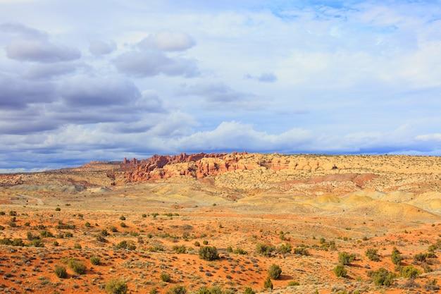 春、ユタ州、アメリカ合衆国の砂漠の風景。