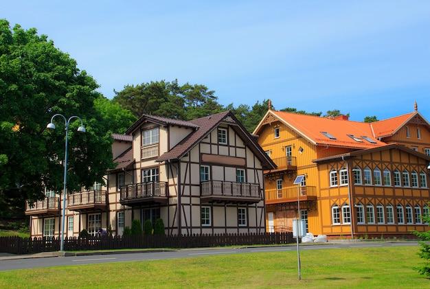 田舎の伝統的なリトアニアの木造と半木材の家。