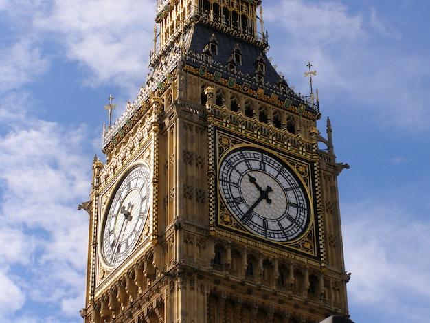 ロンドンのビッグベンの時計の文字盤のクローズアップ。