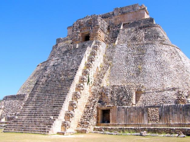 Храм кукулькана на археологических раскопках чичен-ица, мексика. вид сбоку
