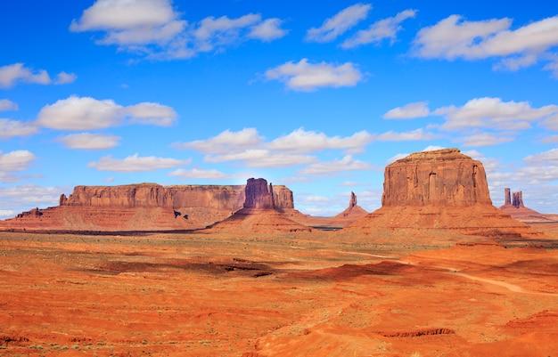 アメリカ、アリゾナ州からの記念碑の谷の有名なビュートのパノラマ。