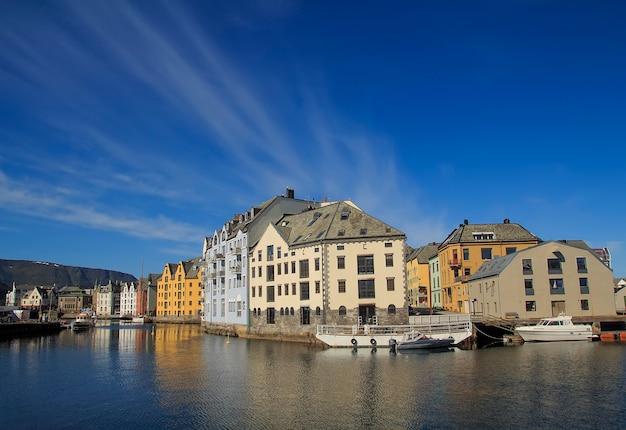 夏にはノルウェーのオーレスンの町、スカンジナビアの美しい場所、