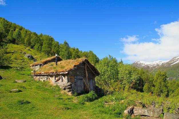 ノルウェーの草の屋根の古い木造住宅