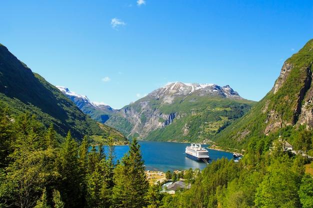 ガイランゲルフィヨルド、フェリー、山、美しい自然ノルウェーのパノラマ