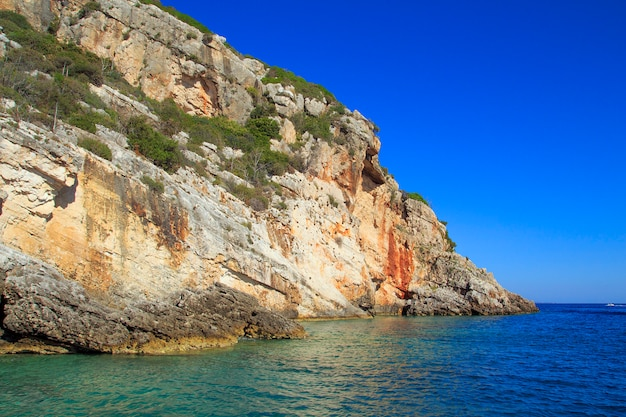 Красивые морские пейзажи на острове закинфа в греции. голубые пещеры.