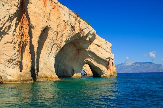 Знаменитые голубые пещеры вид на остров закинф. греция.