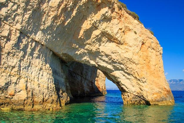 ザキントス島の有名な青い洞窟の景色。ギリシャ。