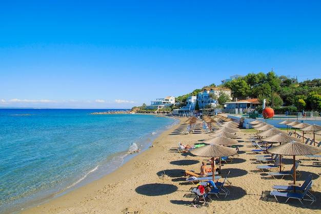 Вид на пляж порто зоро с лежаками и зонтиками