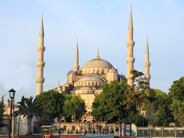 日の出のイスタンブールのブルーモスク。七面鳥