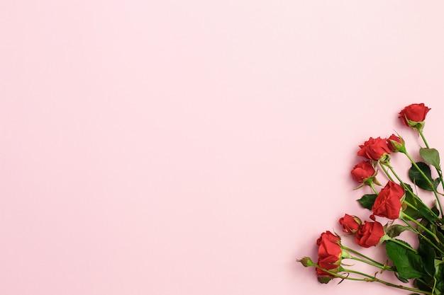 Фиолетовые цветы и зеленый конус мороженого на розовом фоне в плоской планировке