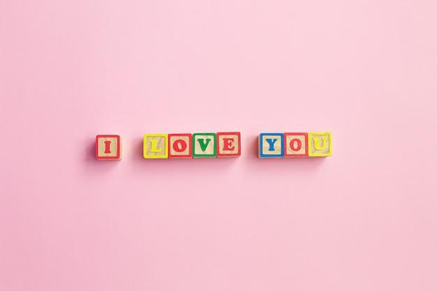 Сообщение я люблю тебя пишется в деревянных блоках