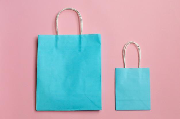 設計のためのピンクのモックアップに分離された紙袋をリサイクルします。