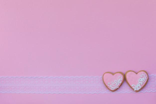 ピンクのバレンタインデーのために飾られたハート型のクッキー