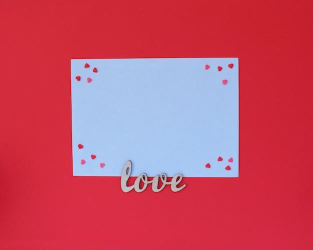 Люблю деревянный текст на белом конверте на красном
