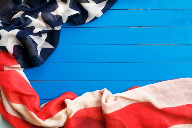 青い木の上のアメリカの国旗。アメリカ合衆国の国旗。