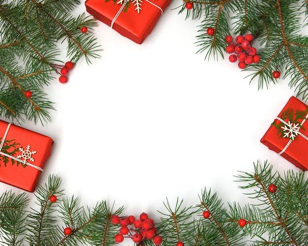 ペーパークラフトと白い雪で飾られたクリスマスのギフトボックス